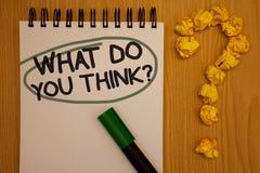 Σημείωση γραψίματος που παρουσιάζει τι εσείς σκέφτεται την ερώτηση Σημειωματάριο πεποίθησης κρίσης σχολίου συναισθημάτων Γνώμης ε στοκ φωτογραφία