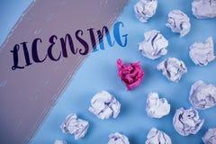 Σημείωση γραψίματος που παρουσιάζει χορήγηση αδειών Η επιχορήγηση επίδειξης επιχειρησιακών φωτογραφιών μια άδεια επιτρέπει νόμιμα Στοκ Εικόνα