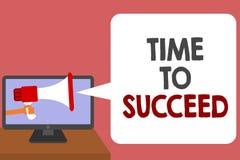 Σημείωση γραψίματος που παρουσιάζει χρόνο να πετύχει Η επιχειρησιακή φωτογραφία που επιδεικνύει το επίτευγμα επιτυχίας ευκαιρίας  απεικόνιση αποθεμάτων