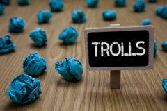 Σημείωση γραψίματος που παρουσιάζει Trolls Επιχειρησιακή φωτογραφία που επιδεικνύει τους σε απευθείας σύνδεση ταραχοποιούς που το Στοκ Εικόνα