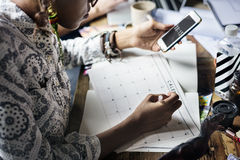 Σημείωση γραψίματος προγραμματισμού γυναικών για το ημερολόγιο Στοκ εικόνες με δικαίωμα ελεύθερης χρήσης