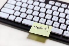 Σημείωση εγγράφου για να υπενθυμίσει στη συνεδρίαση για το πληκτρολόγιο στοκ εικόνες