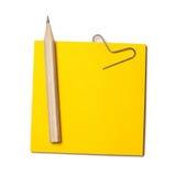 Σημείωση εγγράφου και ένα ξύλινο μολύβι Είναι απομονωμένο σε ένα άσπρο backgrou Στοκ Φωτογραφίες