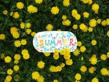 Σημείωση εγγράφου με τη λέξη: καλοκαίρι Θερινή θετική έννοια Στοκ φωτογραφία με δικαίωμα ελεύθερης χρήσης