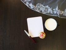 Σημείωση εγγράφου, μπισκότο και ένα φλυτζάνι του γάλακτος στον πίνακα στοκ φωτογραφία με δικαίωμα ελεύθερης χρήσης