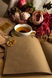 Σημείωση εγγράφου τεχνών με το φλυτζάνι του τσαγιού, λουλούδια, peonies, παλαιό εκλεκτής ποιότητας ρολόι background retro Σύγχρον Στοκ εικόνα με δικαίωμα ελεύθερης χρήσης