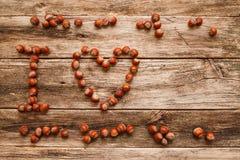 Σημείωση Ι αγάπη που γίνεται από τα φουντούκια στο ξύλινο κενό Στοκ εικόνα με δικαίωμα ελεύθερης χρήσης