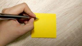 Σημείωση και γραπτό χέρι μολύβι ξύλινο υπόβαθρο Στοκ φωτογραφία με δικαίωμα ελεύθερης χρήσης
