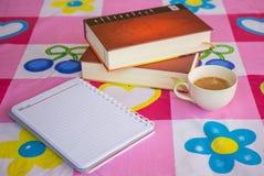 Σημείωση και καφές βιβλίων Στοκ φωτογραφία με δικαίωμα ελεύθερης χρήσης