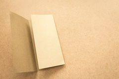 Σημείωση καφετιού εγγράφου για το επιχειρησιακό ξύλινο γραφείο με το διάστημα αντιγράφων Στοκ Εικόνες