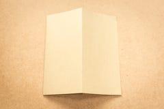 Σημείωση καφετιού εγγράφου για το επιχειρησιακό ξύλινο γραφείο με το διάστημα αντιγράφων Στοκ Φωτογραφίες