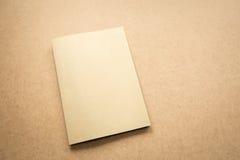 Σημείωση καφετιού εγγράφου για το επιχειρησιακό ξύλινο γραφείο με το διάστημα αντιγράφων Στοκ φωτογραφία με δικαίωμα ελεύθερης χρήσης