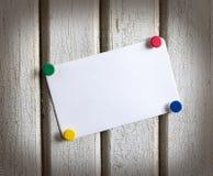 Σημείωση με τα χρωματισμένα κουμπιά Στοκ Εικόνες