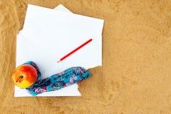 Σημείωση μολυβιών και εγγράφου για την παραλία στοκ εικόνα με δικαίωμα ελεύθερης χρήσης