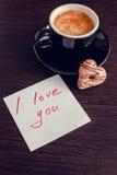 Σημείωση σ' αγαπώ με το φλιτζάνι του καφέ και τα μπισκότα Στοκ φωτογραφία με δικαίωμα ελεύθερης χρήσης