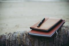 Σημειωματάρια, βιβλία και μάνδρα στην παραλία Στοκ φωτογραφία με δικαίωμα ελεύθερης χρήσης