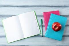 Σημειωματάρια και μήλο Στοκ φωτογραφία με δικαίωμα ελεύθερης χρήσης