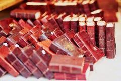 Σημειωματάρια με τη χειροποίητη κάλυψη δέρματος στην αγορά στοκ φωτογραφίες