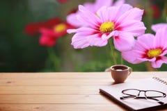 Σημειωματάρια, φλυτζάνι καφέ, eyeglasses στον πίνακα Στοκ Εικόνες
