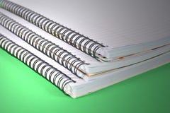 Σημειωματάρια Ringbound σε πράσινο Στοκ φωτογραφία με δικαίωμα ελεύθερης χρήσης
