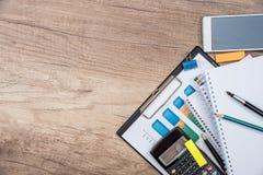 Σημειωματάριο, έγγραφο επιχειρησιακών διαγραμμάτων, κινητό τηλέφωνο υπολογιστών lap-top πληκτρολογίων Στοκ Φωτογραφίες