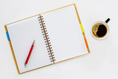Σημειωματάριο ένα φλυτζάνι του μαύρου καφέ Στοκ Εικόνες