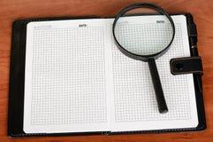 Σημειωματάριο ή ημερολόγιο με τις κενές σελίδες, το λευκό, lupe και τη μάνδρα Στοκ Φωτογραφία