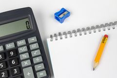 Σημειωματάριο για τη λήψη των σημειώσεων και του μολυβιού στον πίνακα γραφείων προσεγγισμένο στοκ εικόνες με δικαίωμα ελεύθερης χρήσης
