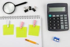 Σημειωματάριο για τη λήψη των σημειώσεων και του μολυβιού στον πίνακα γραφείων προσεγγισμένο στοκ εικόνες