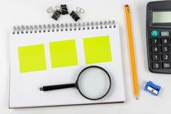 Σημειωματάριο για τη λήψη των σημειώσεων και του μολυβιού στον πίνακα γραφείων προσεγγισμένο στοκ εικόνα με δικαίωμα ελεύθερης χρήσης