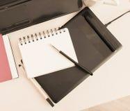 Σημειωματάριο για τις σημειώσεις που βρίσκονται στο γραφείο Στοκ εικόνα με δικαίωμα ελεύθερης χρήσης