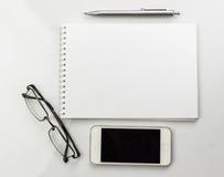 Σημειωματάριο, γυαλιά και πέννα Στοκ φωτογραφία με δικαίωμα ελεύθερης χρήσης