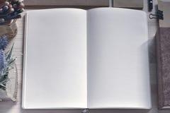 Σημειωματάριο εγγράφου στον ξύλινο πίνακα Στοκ Εικόνες