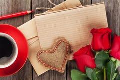Σημειωματάριο επιστολών αγάπης, κόκκινα τριαντάφυλλα και φλυτζάνι καφέ Στοκ φωτογραφία με δικαίωμα ελεύθερης χρήσης