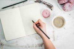 Σημειωματάριο, κέικ και καφές, ρομαντικοί Στοκ Φωτογραφίες