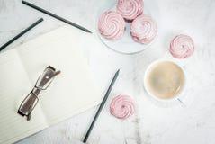 Σημειωματάριο, κέικ και καφές, ρομαντικοί Στοκ φωτογραφία με δικαίωμα ελεύθερης χρήσης