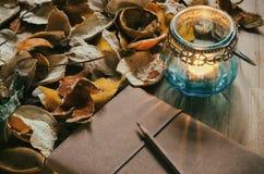 Σημειωματάριο και ένα φανάρι κεριών με την ξηρά φλούδα εσπεριδοειδών στοκ φωτογραφία με δικαίωμα ελεύθερης χρήσης