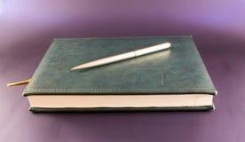 Σημειωματάριο και ασημένια μάνδρα Στοκ Εικόνες