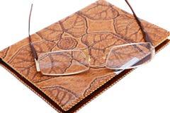 Σημειωματάριο και γυαλιά δέρματος που απομονώνονται Στοκ εικόνα με δικαίωμα ελεύθερης χρήσης