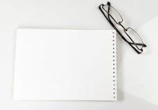 Σημειωματάριο και γυαλιά στον πίνακα Στοκ φωτογραφίες με δικαίωμα ελεύθερης χρήσης