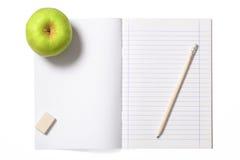 Σημειωματάριο και η πράσινη Apple με το ψαλίδισμα της πορείας Στοκ Εικόνες