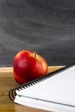 Σημειωματάριο και η Apple Στοκ εικόνες με δικαίωμα ελεύθερης χρήσης
