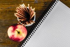 Σημειωματάριο και η Apple Στοκ Εικόνες
