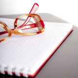 Σημειωματάριο και θεάματα στοκ φωτογραφία με δικαίωμα ελεύθερης χρήσης