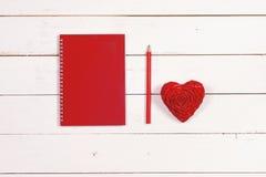 Σημειωματάριο και καρδιά σε ένα άσπρο αγροτικό υπόβαθρο συνδεδεμένο διάνυσμα βαλεντίνων απεικόνισης s δύο καρδιών ημέρας Στοκ εικόνα με δικαίωμα ελεύθερης χρήσης