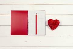 Σημειωματάριο και καρδιά σε ένα άσπρο αγροτικό υπόβαθρο συνδεδεμένο διάνυσμα βαλεντίνων απεικόνισης s δύο καρδιών ημέρας Στοκ Φωτογραφία