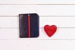 Σημειωματάριο και καρδιά σε ένα άσπρο αγροτικό υπόβαθρο συνδεδεμένο διάνυσμα βαλεντίνων απεικόνισης s δύο καρδιών ημέρας Στοκ Εικόνες