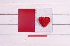 Σημειωματάριο και καρδιά σε ένα άσπρο αγροτικό υπόβαθρο συνδεδεμένο διάνυσμα βαλεντίνων απεικόνισης s δύο καρδιών ημέρας Στοκ φωτογραφία με δικαίωμα ελεύθερης χρήσης