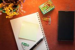 Σημειωματάριο και κολλώδες έγγραφο Στοκ Φωτογραφίες