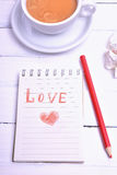 Σημειωματάριο και κόκκινο μολύβι Στοκ Φωτογραφία